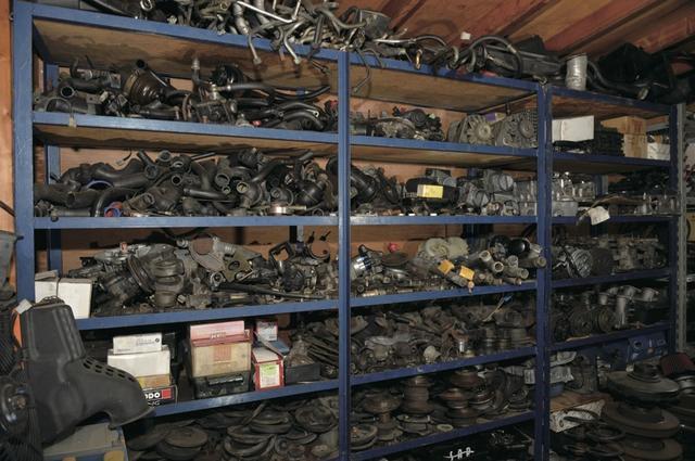 画像: ギッシリと倉庫を埋め尽くした、中古パーツたち。お客さんたちは、休日になるとここを発掘し「次はこれをつけるぞ〜!」と、盛り上がるのだそうです。