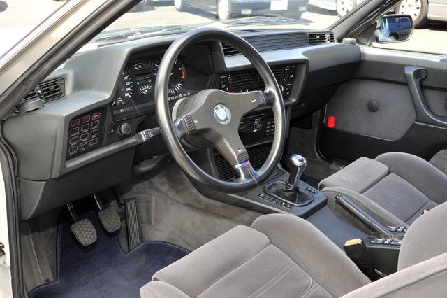 画像: 機能的かつスポーティなインターフェイスは、BMWならではの際立つ個性のひとつ。今ではすでにパーツが手に入らないため、ポールポジションでもMTへの換装はできないということです。
