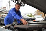 画像: V12エンジンのオーバーホールも、鼻歌まじりでこなしてしまう生粋のクルマ職人、田中社長。まさに「特別な腕」の持ち主だ。 www.benz-auto.net