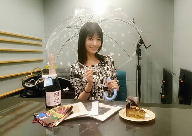 画像: プレゼントに囲まれた夏野さん☆キラキラのペンはマコさんとお揃い☆