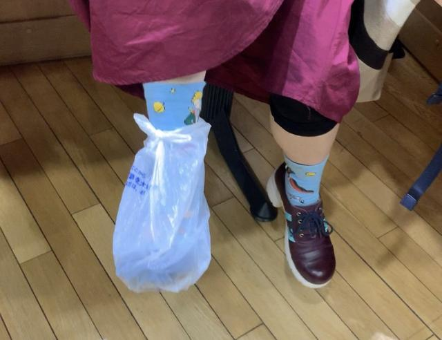 画像: ★靴が壊れ、急遽ビニール袋を靴代わりにする愛理さん。