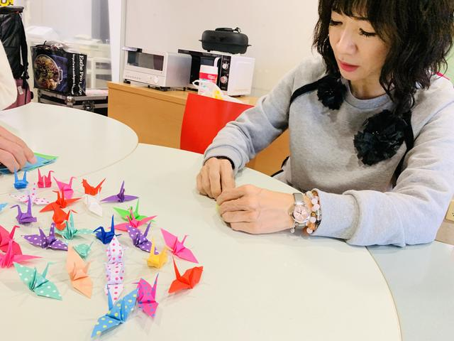 画像: ★愛理さん&FM OH!スタッフも鶴を折っています。