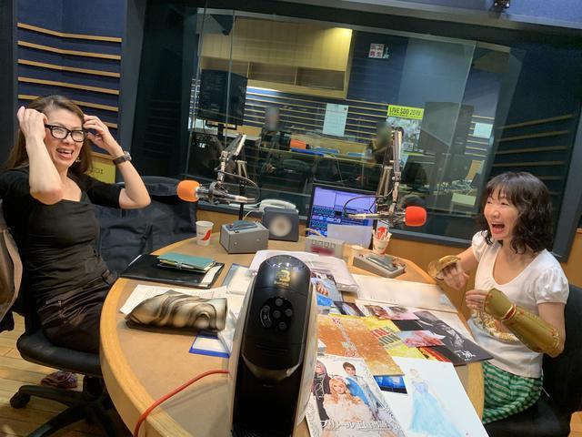 画像: ★チアモニをご覧の方だけに送る、完全なオフショット…村山さんと愛理さん、大盛り上がりの様子です。笑