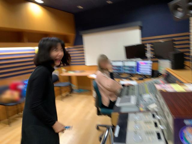 画像: ★サプライズ成功に「よっしゃ」と言わんばかりの愛理さん。(カメラマンもまさかの行動に驚き、写真ブレブレ)