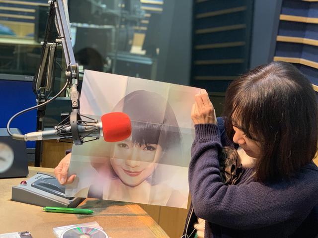 画像: ★歌詞カードの裏面の愛理さん写真に、本人が驚いている姿。
