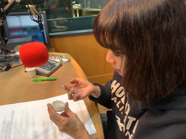 画像: ★大塚さんも愛用しているシアバターを試す愛理さん。