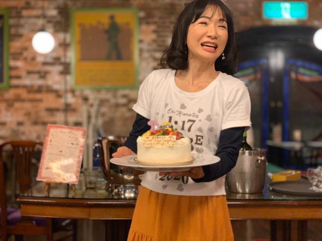 画像: ★サプライズケーキに大喜びの愛理さん。