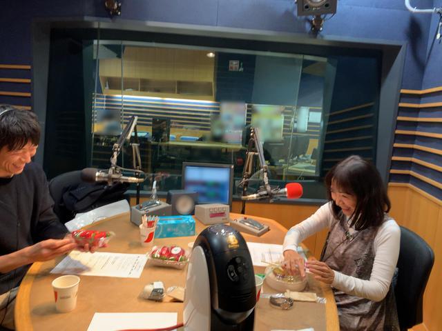 画像: ★野菜王子・福原さんと盛り上がっているスタジオの様子。愛理さんが食べているのは…!?