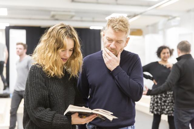 画像: 「ロミオとジュリエット」演出中のブラナー