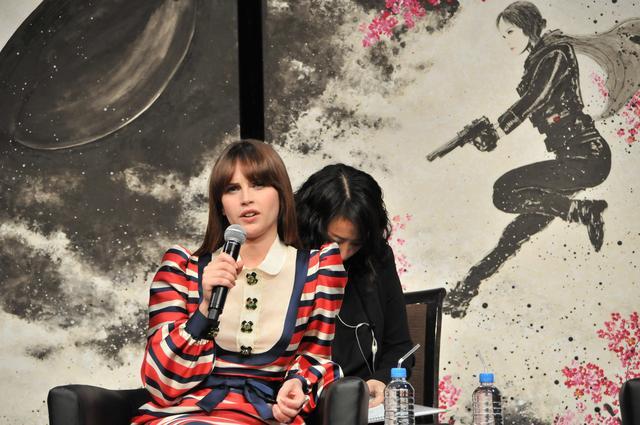 画像: 会見で質問に答えるフェリシティー・ジョーンズ