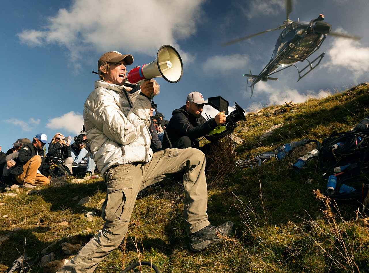 画像: 『トランスフォーマー/最後の騎士王』撮影中のマイケル・ベイ監督