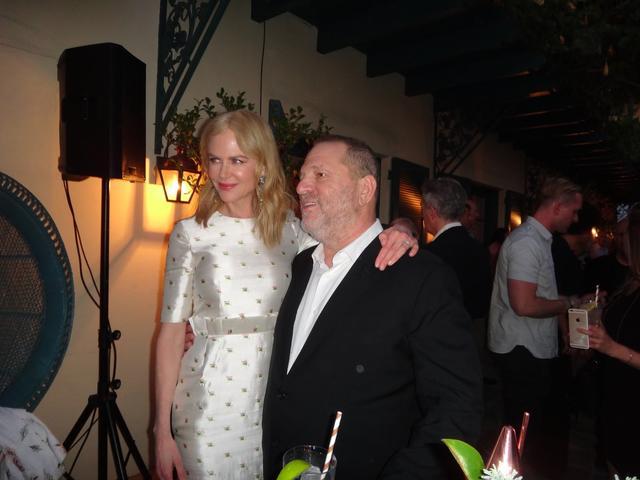画像: 「ライオン」のハリウッドでのパーテイーで。ニコールと怪物プロデューサーのハーヴェイ・ワインスタイン。