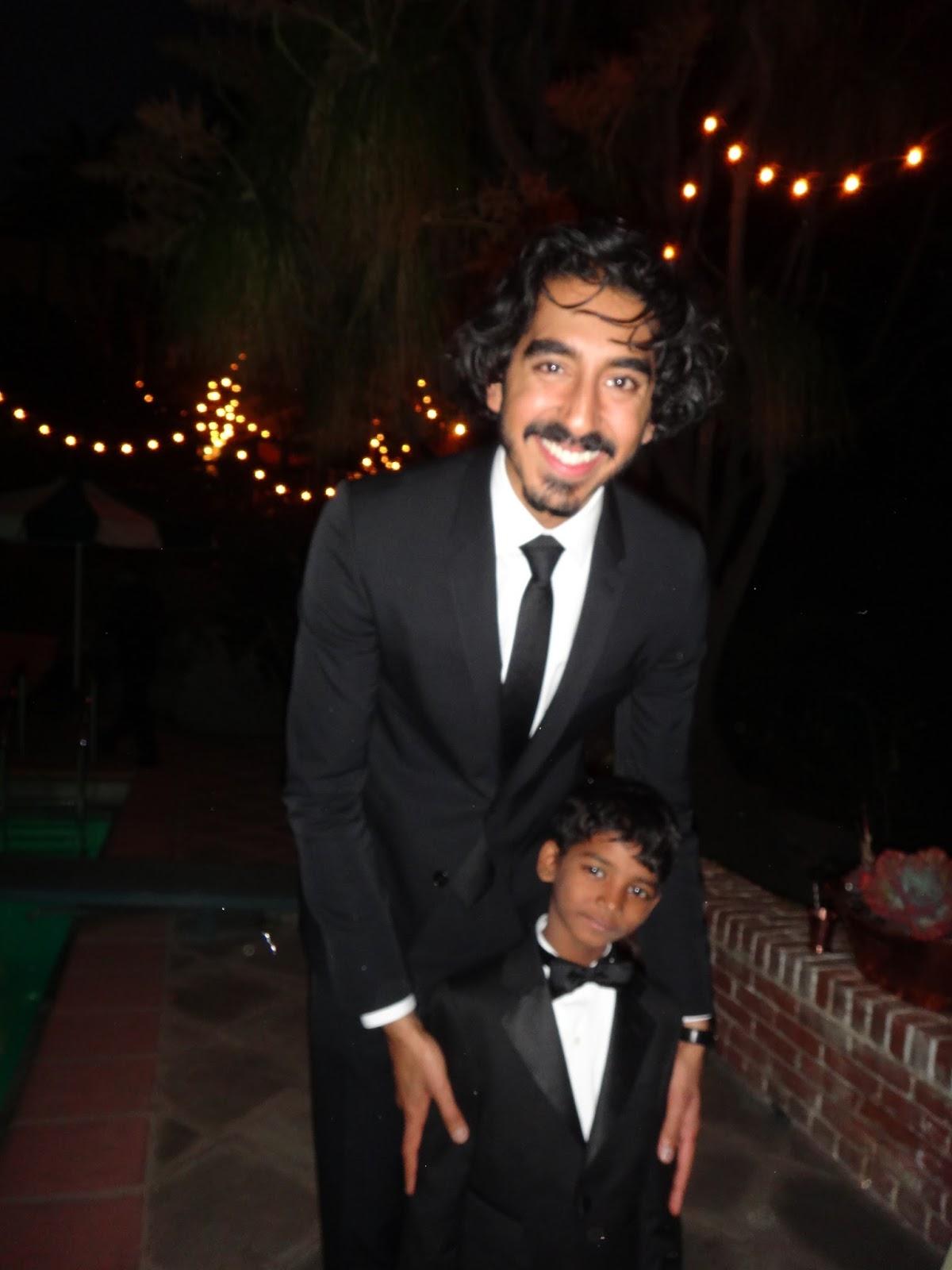 画像: デーヴと、サルーの少年時代を演じたインドの子役サニー・ペイウォー。