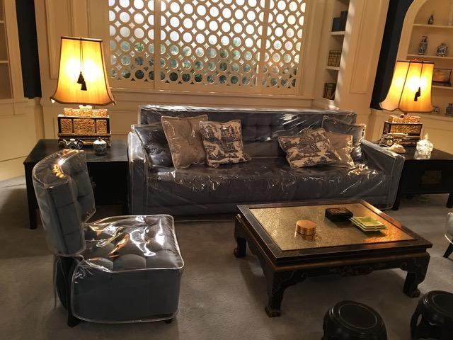 画像: クロフォードの居間のセット。ビニールカバーが見えます。