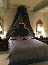 画像: クロフォードの寝室のセット。