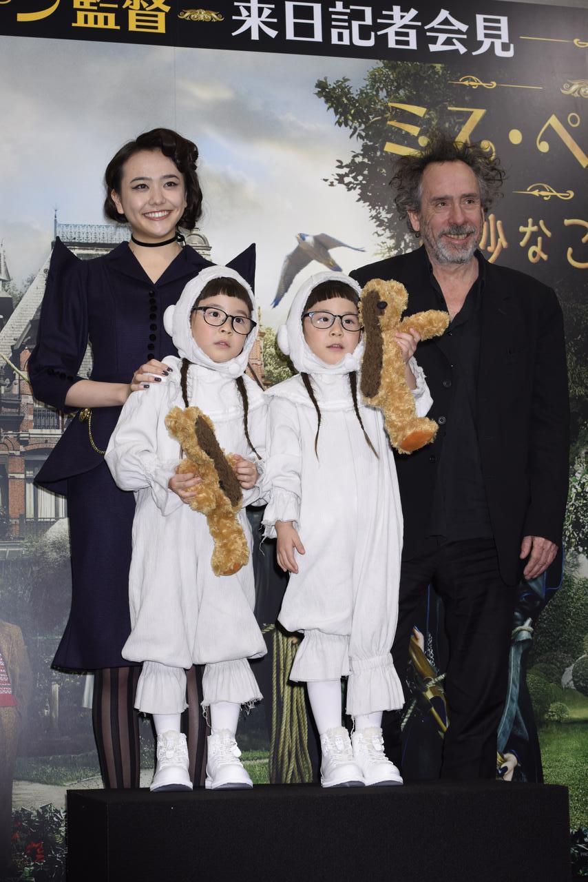 画像: ゲストの松井愛莉、りんかちゃんとあんなちゃんと記念撮影するバートン