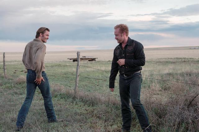 画像: 「最後の追跡」 テキサスで両親の残した土地を守るために銀行強盗を繰り返す兄弟と彼らを追う老レンジャーを描いた犯罪ドラマ。(Netflix配信中)