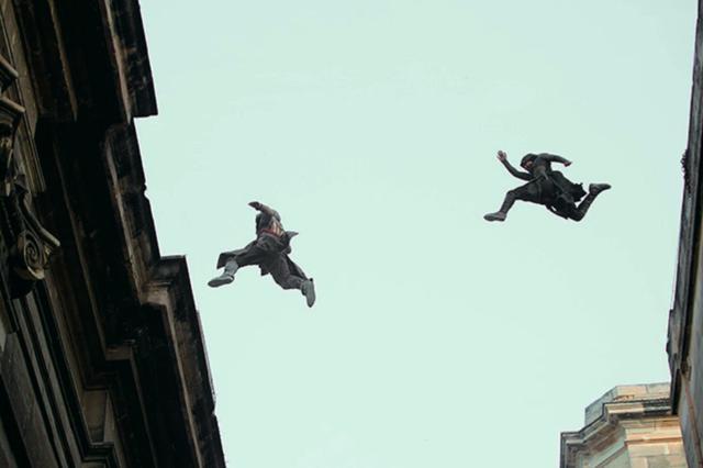 画像: リアルを追求したアクション 建物を飛び回り、ワシのようにダイブするアサシンの象徴的なアクションはCGではなく実際にスタントで再現。世界的パルクール選手ダミアン・ウォルターズが振付を担当した。