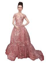"""画像: ピンクの""""お姫様ドレス""""で登場したリリー・コリンズ"""