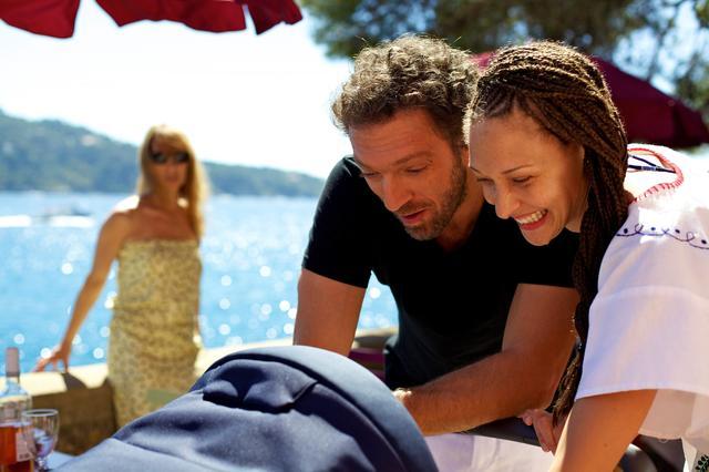 画像: 自己中夫のデリカシーのなさNO1!とは、新婚間もなく生まれた愛児の名づけ親が、元カノ(写真・右)だなんて! © 2015 / Les Productions Du Trésor - STUDIOCANAL - France 2 Cinéma - Les Films de Batna - Arches Films - 120 Films – All Rights Reserved Photo: MARCEL HARTMAN