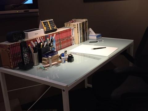 画像: アニメーションの声優によるボイスガイドや真島の作業デスクを再現したものなどファンにとってはたまらない展示となっている。