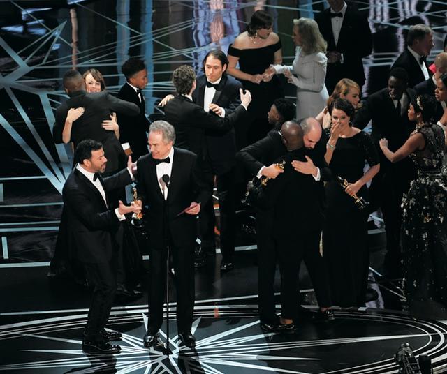 画像: 「ラ・ラ・ランド」チームと「ムーンライト」チームが入り乱れた作品賞受賞のステージ