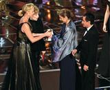 画像: シャーリーズとシャーリーが手渡した外国語映画賞は代理の女性が受け、監督のメッセージを読み上げた