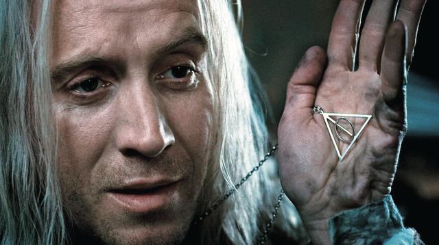 """画像: ルーナの父親が""""死の秘宝""""ペンダントをつけていた(「ハリー・ポッターと死の秘宝PART1」)"""
