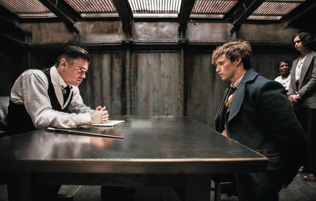 画像: グレイブスがニュートを尋問するシーンでダンブルドアの名が