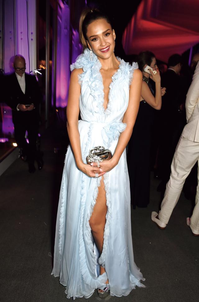 画像: ゲストでやってきたジェシカ・アルバは大人可愛いドレスで来場