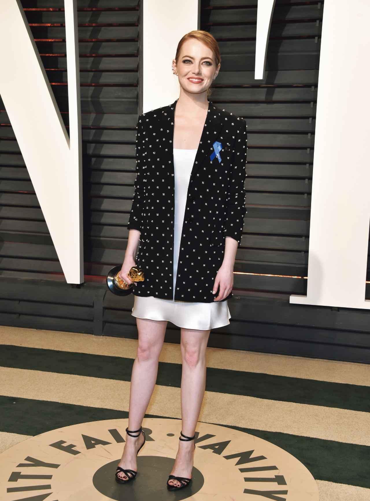 画像: パーティー用に衣装チェンジしたエマ・ストーンは胸元にブルーリボンを