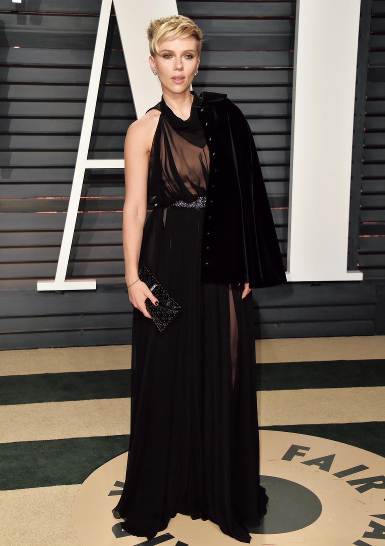 画像: ︎スカーレット・ヨハンソンはドレスだけでなくヘアスタイルにも変化をつけて