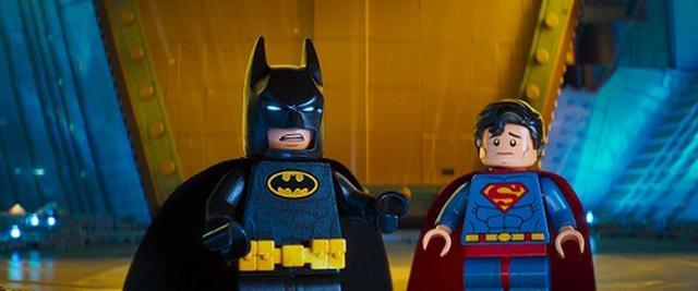 画像: DCヒーローたちが集まるパーティーに一人だけ呼ばれていなかったバットマン……!?