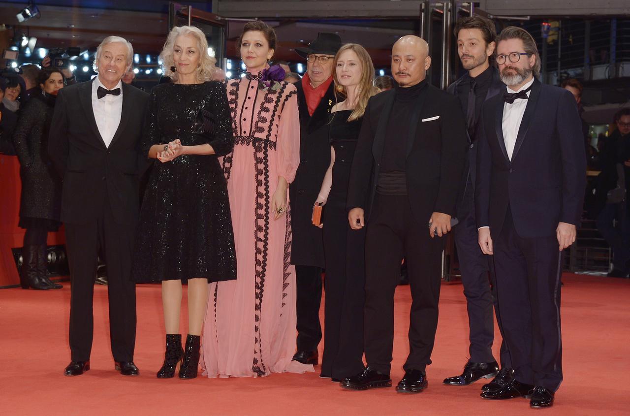 画像: 今回の審査員たち。左端が審査員長のポール・ヴァ―ホーヴェン監督、一人置いてマギー・ギレンホール、右から二人目がディエゴ・ルナ Dominique Charriau/WireImage