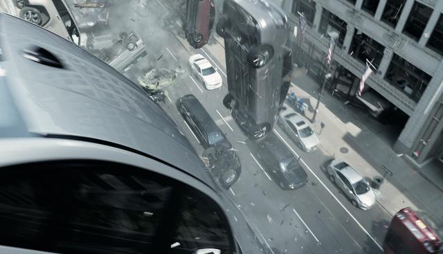 画像: 立体駐車場から車が次々と落下する ©Universal Pictures