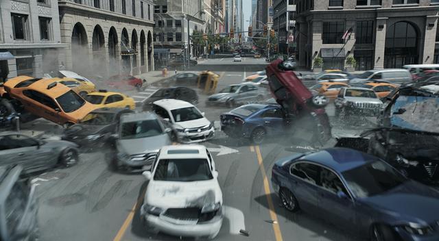 画像: 遠隔操縦された車の集団が疾走 ©Universal Pictures
