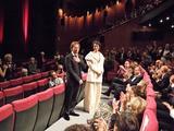 画像: 観客から拍手を受けるマチュー・アマルリックとジャンヌ・バリバール