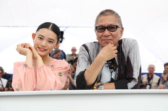 画像: フォトコールに応える「無限の住人」の杉咲花と三池監督 (c)Kazuko Wakayama