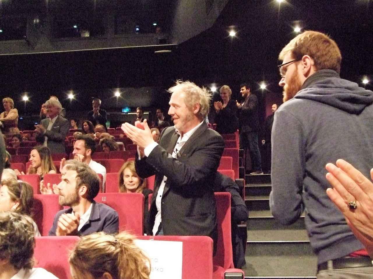 画像: 観客席から拍手を送るデプレシャン