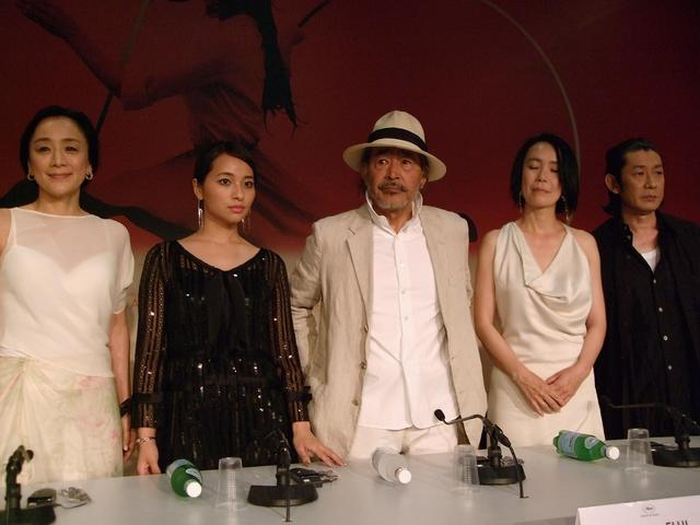 画像: 記者会見に登壇した神野三鈴、水崎綾女、藤竜也、河瀨監督、永瀬正敏