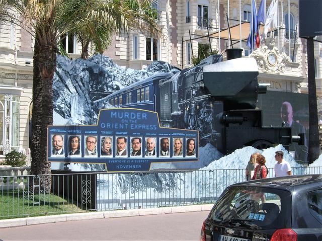 画像: カンヌの町中に登場した「オリエント急行殺人事件」の巨大な広告