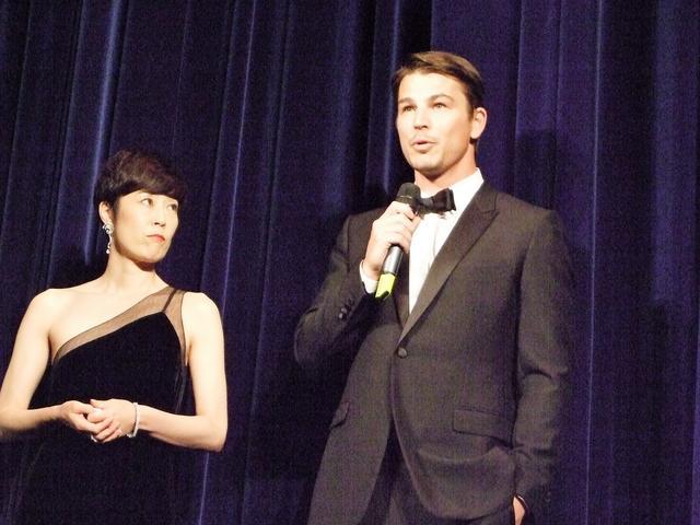 画像: 舞台挨拶するジョッシュ・ハートネット、左は寺島しのぶ