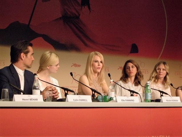 画像: 左からコリン・ファレル、エル・ファニング、ニコール・キッドマン、ソフィア・コッポラ、キルステン・ダンストが会見に登場