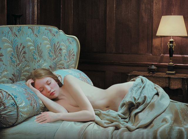 画像: 裸で眠り続ける美少女に男たちは何を…?