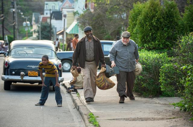 画像: 主人公のトロイ(写真中央)には白人の親友ボノ(右)がいる。©2016, 2017 Paramount Pictures