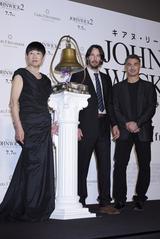 画像: 和田、キアヌー、監督の3人で鐘を鳴らす
