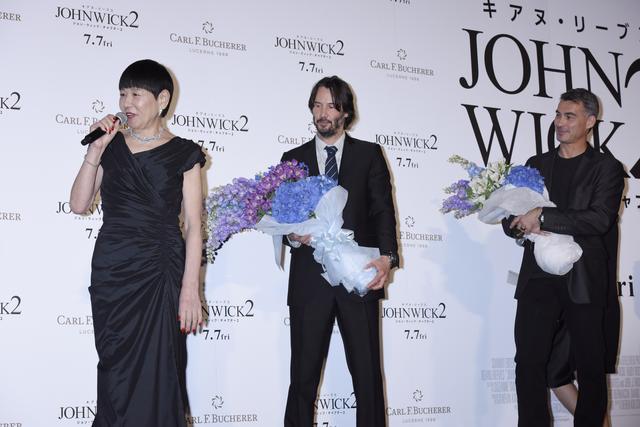 画像: ゲストの和田アキ子から花束が