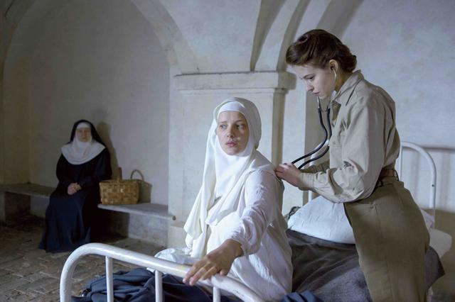 画像2: 苦悩する修道女の希望の光となったフランス人女医を描く感動作「夜明けの祈り」8月5日公開