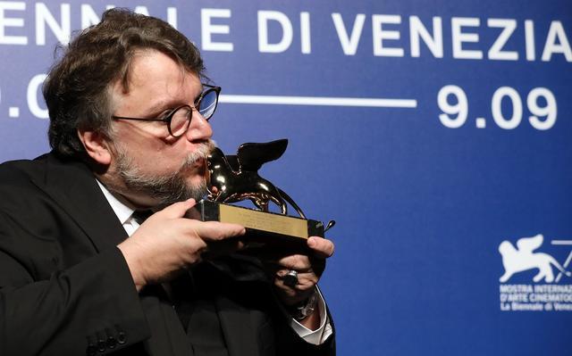 画像: 金獅子賞のトロフィーにキスするデル・トロー Getty Images