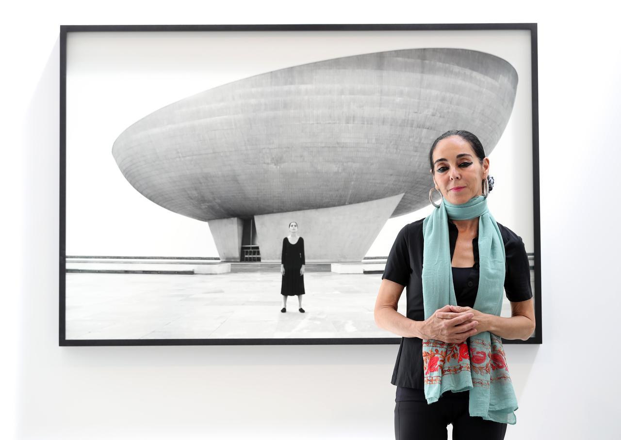 画像: シリン・ネシャット 『ロジャ・シリーズ/アンタイトルド』(2016)の画面写真を背に グラッドストーン・ギャラリー 2017年ニューヨーク
